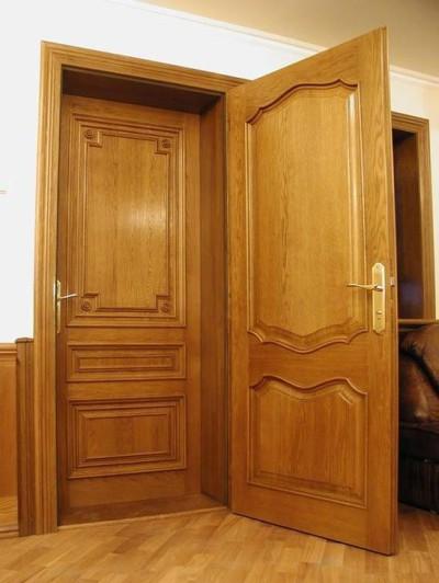 Две входные двери одного дизайна