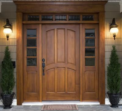Входная дверь из цельной древесины