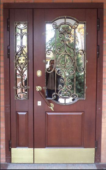 Двойная дверь с декоративными элементами