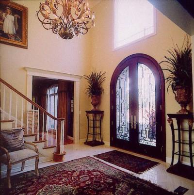Использование двери со стеклом в интерьере дома
