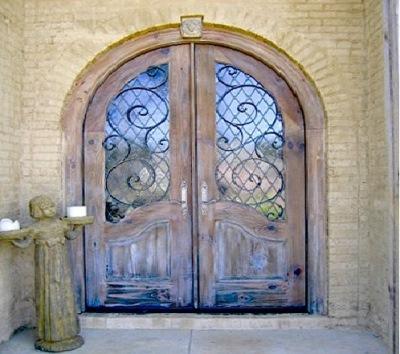 Двойные двери с ковкой и стеклом