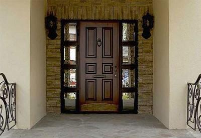 Влагостойкий ламинат на наружной двери.