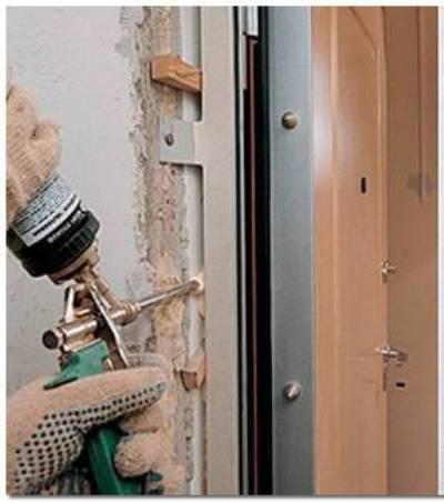 Задувание дверных зазоров при помощи монтажной пены