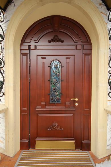 Дубовые двери уличной установки