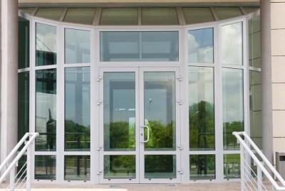 Алюминиевые входные группы с элементами стекла