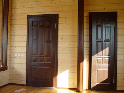 Входная деревянная дверь с коробкой