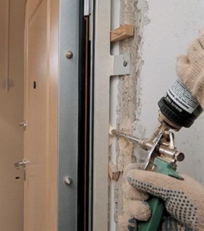 Запенивание проема между стеной и дверной коробкой