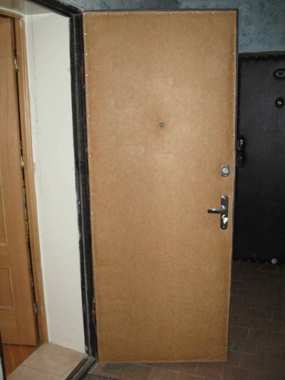 Входная металлическая дверь с кожзаменителем