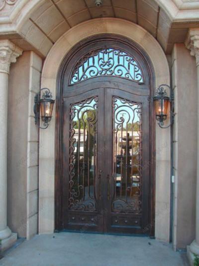 Входная дверь с кованой решеткой.
