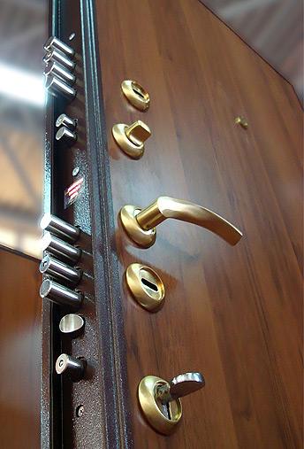Крепкая металлическая дверь