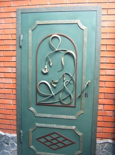 Металлическая дверь с коваными накладками.